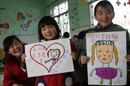 河南内乡县幼儿园的小朋友展示自己为妈妈