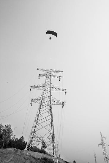 结构及植被的破坏,施工单位采用动力伞技术实施高压