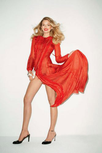 红色开衩裙,白色皮包,