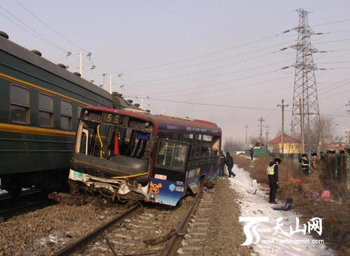 乌鲁木齐公交车与火车相撞 消防官兵迅速开展救援