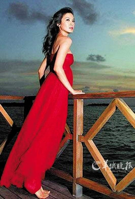 穿红色礼服光着脚丫子的林熙蕾魅力十足