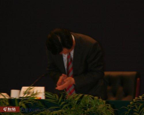 """汉口银行董事长陈新民为本行纠纷导致的""""冲闯事件""""特向大会代表鞠躬道歉"""