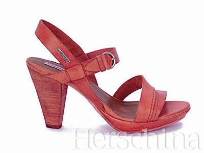 妖娆的玫瑰红中跟凉鞋,把LOGO手签在圆润鞋底的侧面,很讨巧.
