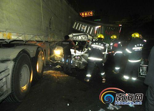 海口滨海大道发生两车相撞事故:2人被困[组图]