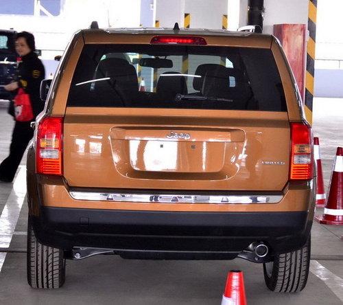 jeep爱国者前脸采用了和老款指南者相似的圆型大灯和标志性的高清图片