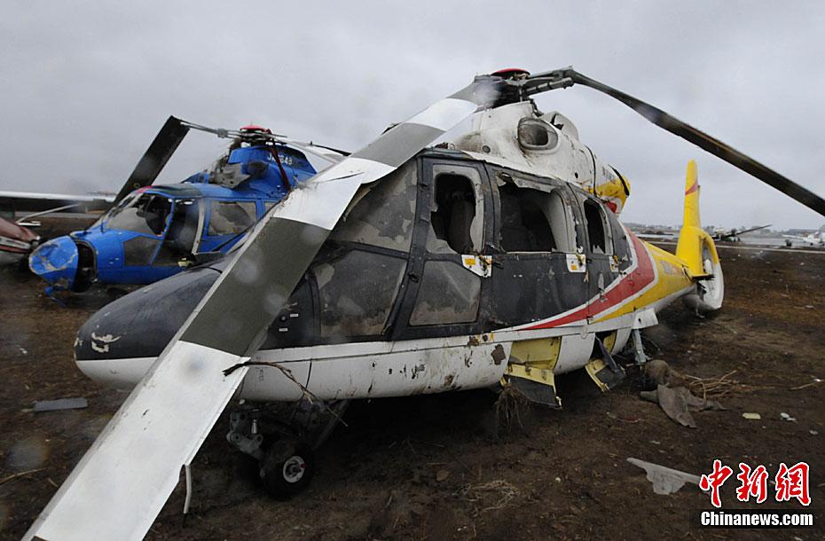 4月19日,仙台机场跑道旁边的日本航空大学遭受3.11地震海啸袭击已经一个多月,各种教学飞机损失极其惨重,宛如遇难飞机废墟场。中新社发贾国荣摄  4月19日,仙台机场跑道旁边的日本航空大学遭受3.11地震海啸袭击已经一个多月,各种教学飞机损失极其惨重,宛如遇难飞机废墟场。中新社发贾国荣摄  4月19日,仙台机场跑道旁边的日本航空大学遭受3.