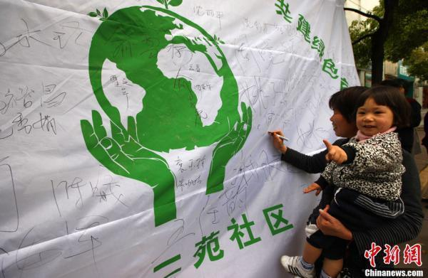 日,河南省内黄县实验幼儿园的小朋友手绘,画出一幅幅心中未来的地球的