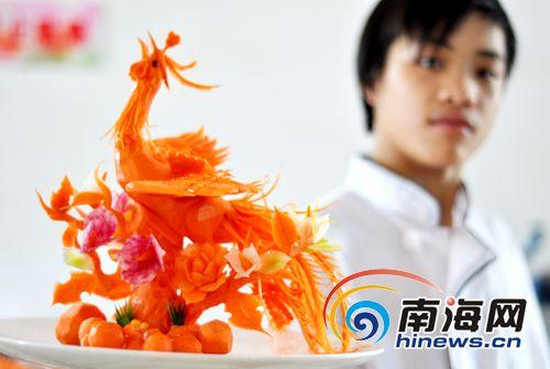 一选手展示食品雕刻金凤凰(南海网见习记者 秦彦 摄)