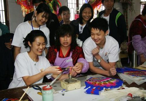 学生手工制作风筝