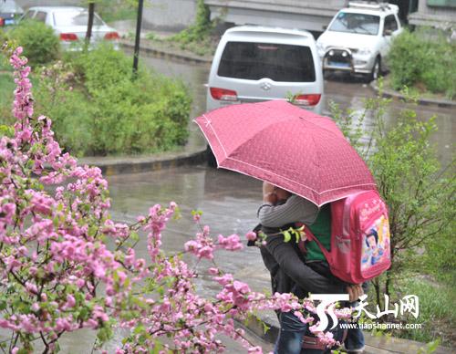 家长冒雨送孩子上学