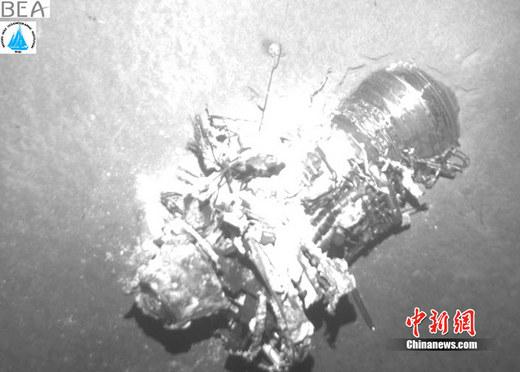 中新网4月28日电据中广新闻网28日报道,2009年在巴西外海坠毁的法航客机的其中一个黑匣子近日被找到。   搜索小组表示,他们在打捞罹难者尸体时,找到飞行纪录器,但是尚未发现可能揭露坠机原因的座舱通话纪录器。   这架法航客机在2009年6月1号从里约热内卢飞往法国,当飞机飞越大西洋时失事坠海,机上228人全部罹难。   法国方面表示,他们还要再次进行潜水搜寻,看看是否能找到另一个黑匣子,否则飞机失事原因恐怕如同石沉大海,难以查明。   这架法航客机出事后,当局全力搜索,但直到利用一具潜水机器人深