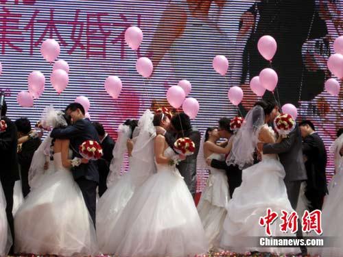 南京/南京办集体婚礼52对新人登116米摩天轮