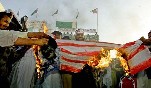 2001年10月15日,巴基斯坦反美示威者焚烧美国国旗,反对美国出兵阿富汗