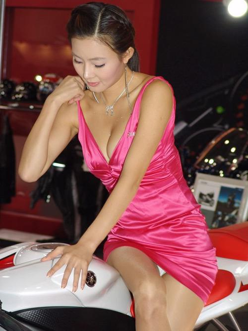 90性感美女诱人姿势_性感车模最诱人姿势盘点