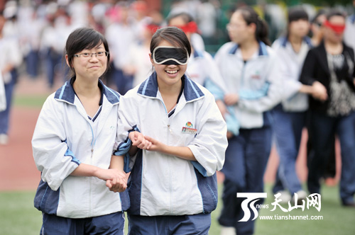 乌鲁木齐八一中学举行2011届成人仪式