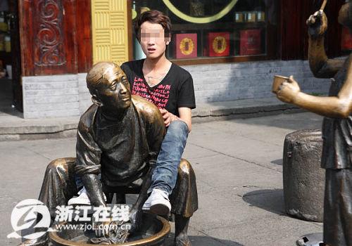 年轻小伙老太太_杭州街头一小伙当众骑\