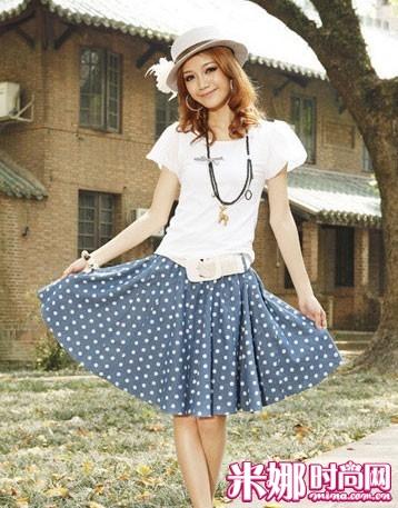 波点给人的感觉一直都是很可爱的,裙摆很宽,而且很容易搭配.