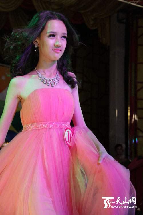 新疆37名选手角逐服装设计制作与模特表演技能大赛