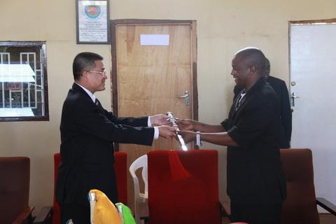 驻马拉维大使潘和钧向马武术协会转交武术器材