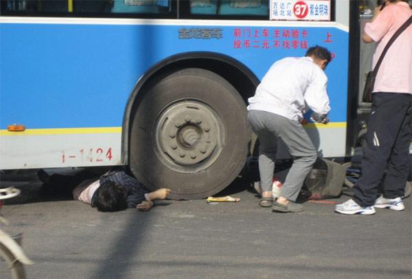 南京:骑车妇女被公交撞倒 车轮碾过腹部当场死亡