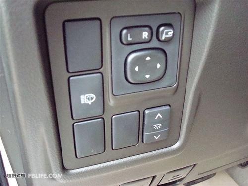 油箱盖,机舱盖开关,旁边那个是膝部安全气囊