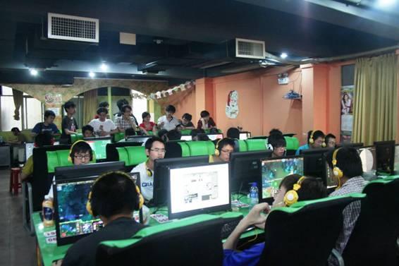 由AOC显示器独家赞助的Stars War 6显示器网吧海选赛,自2011年5月8日在北京火热开幕后便在全国各地的电竞玩家中激起了极大关注,众多职业玩家和游戏高手更是跃跃欲试。2011年5月14日,这场电子竞技大赛的战火也蔓延到了四大火炉之一的武汉,让这个初夏整座城市的气温急速飙升。本场赛事吸引了当地逾百位的参赛选手踊跃报名,其中不乏业界知名的职业玩家。同时当天的比赛现场也吸引了不少电竞迷前来观战,战场气氛紧张激烈,时时爆发出阵阵惊叹声与叫好声。比赛当天下午,伴随着《星际争霸2》与《魔兽争霸Do