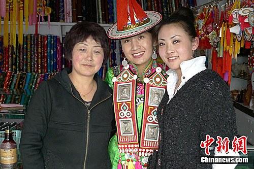 裕固族服饰传承人白晓琴与两个漂亮的女儿杨海燕 杨海英