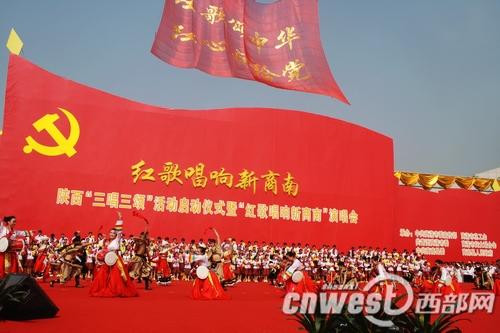 """""""北京的金山上光茫照四方,毛主席就是那金色的太阳,多么温暖,多么慈祥"""