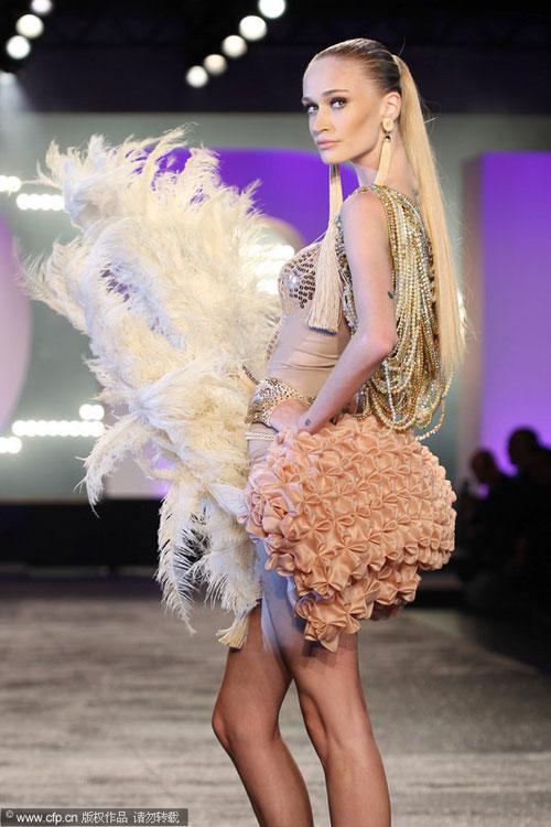 再加上夸张的水晶,羽毛,流苏等装饰的戏剧感头饰,肩饰或臀饰,显得热闹图片