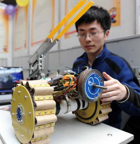 广场和体育场馆使用的两轮自平衡小车,仿蝎形变形履带机器人等发明图片