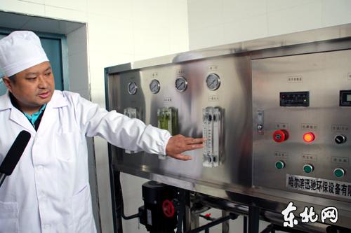 南岔站纯净水厂厂长向记者介绍双过滤净水设备. 东北网记者 王蕊摄