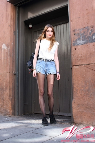 无袖t恤搭配高腰牛仔裤破洞丝袜是朋克范儿女生的最