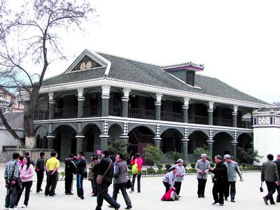 游人参观遵义会议会址主楼