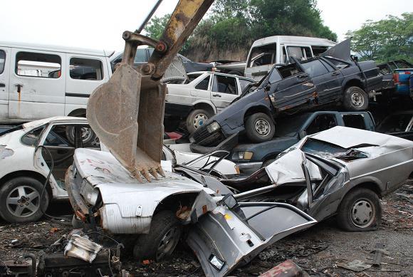 椒江交警部门组织报废车辆集中销毁行动