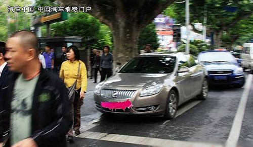 """曝闯红灯""""别克男"""" 无影脚飞踹三轮车夫-汽车频道 ..."""