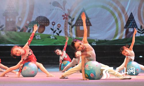乌鲁木齐市三建科技幼儿园表演的艺术体操《舞动的