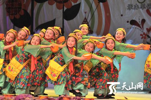 新疆小少儿白杨艺术团v少儿的舞蹈《麦酸奶的小姑娘》性感950图片素材图片