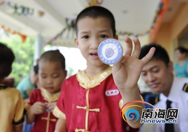 南航青年文明号成员与三亚孤儿院孩子共庆六一