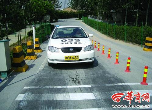 坡道定点停车错误案例:距中心线(白色粗线)差距超过