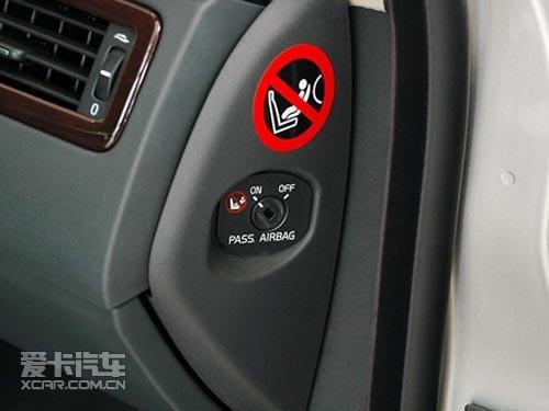 请记得关闭副驾驶位的安全气囊,而汽车内的其他配有三点式安全带的
