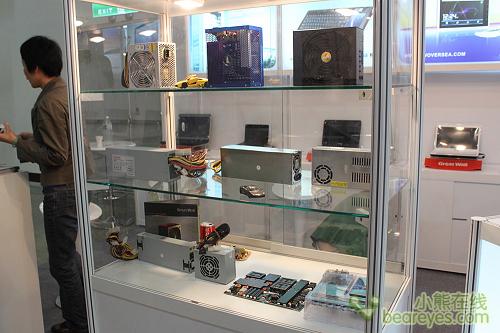 长城电脑展示柜,内有主板以及电源等产品.