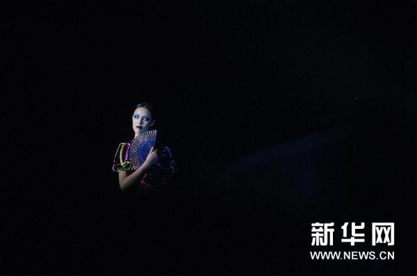 6月1日,模特在台上展示中国美院毕业生设计的服装.新华社记者 黄宗治