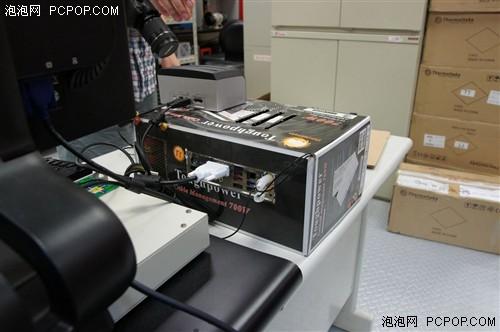 工位,发现一个电源的纸盒,不过里面竟然组装了一套平台,他用作办公机