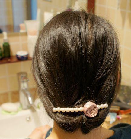 下面开始盘发步骤拉.先将头发扎个半头发将拉发针插入拉下来.