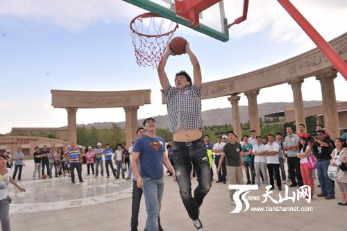 大学打完篮球干女友