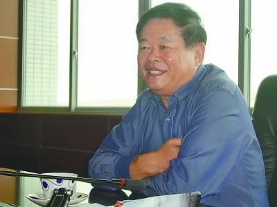 图为曹德旺接受记者采访
