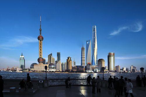 2008年11月29日,设计总高度达632米的上海中心大厦正式开工,它将超过492米的上海环球金融中心,是目前国内规划中的第一高楼。上海中心总投入将达148亿元,预计将在2014年竣工交付使用。上海中心(左)建成后将与金茂大厦、上海环球金融中心形成品字型超高层建筑群(效果图)。