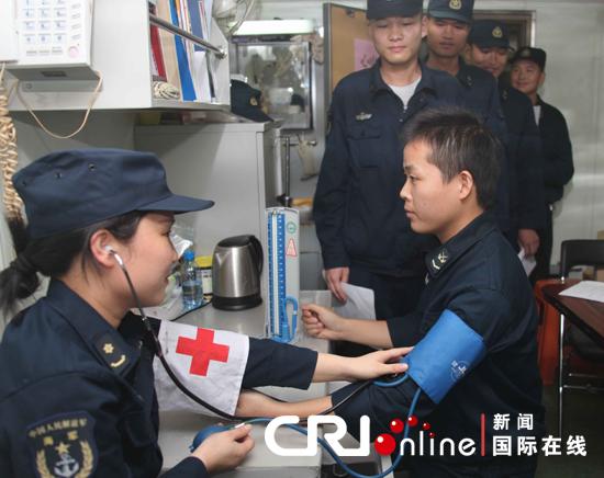 医护人员为护航官兵测量血压