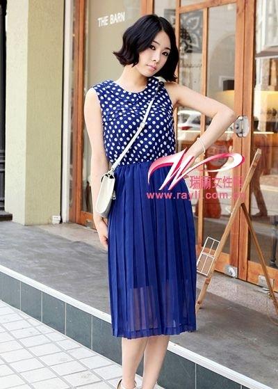 亮蓝色连衣裙