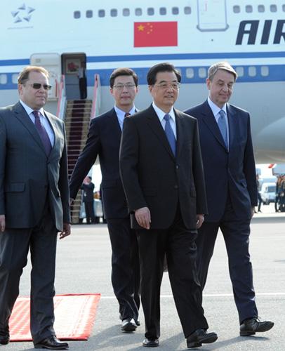 6月15日,中国国家主席胡锦涛乘专机抵达莫斯科,开始对俄罗斯进行国事